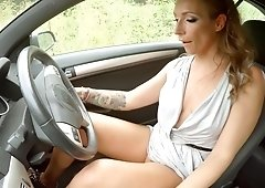 Slutty chick sucked dick in the car