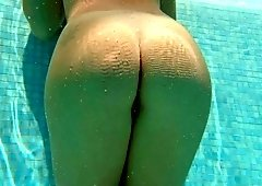 Nice booty of amateur chick is flashed right in the swimming pool