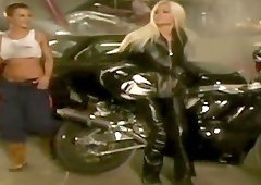 Biker hottie in black leather strapon fucks a sexy girl