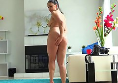 Babe oils up her curvy body and shakes her ass at you