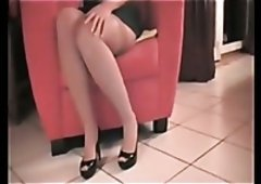 Using her own heel shoe kinky MILF masturbates her wet pussy